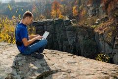 Jonge mens die aan laptop werken Stock Fotografie