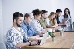 Jonge mens die aan laptop werken royalty-vrije stock foto