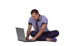Jonge mens die aan laptop werkt royalty-vrije stock afbeelding
