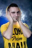 Jonge mens die aan muziek luistert Royalty-vrije Stock Foto