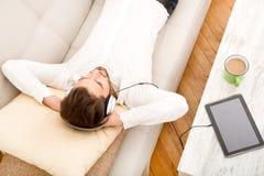Jonge mens die aan muziek luistert Royalty-vrije Stock Afbeeldingen