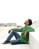 Jonge mens die aan muziek op mobiele telefoon luisteren Royalty-vrije Stock Fotografie
