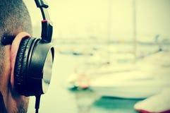 Jonge mens die aan muziek voor het overzees, met een filter luisteren Royalty-vrije Stock Afbeeldingen