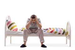 Jonge mens die aan slapeloosheid lijden Stock Afbeeldingen