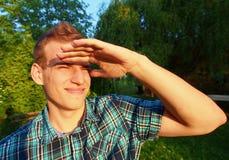 Jonge Mens die aan The Sun kijken Stock Foto's