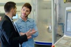 Jonge mens die aandachtig aan salesmanshoogte luisteren stock afbeeldingen