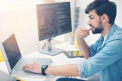 Jonge mens die als programmeur werken Stock Fotografie