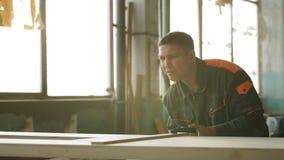 Jonge mens die als timmerman werken en raad meten stock footage