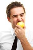 Jonge mens die appel eet Royalty-vrije Stock Afbeeldingen