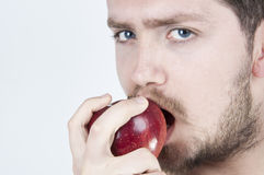 Jonge Mens die Appel eet Stock Foto's