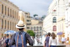 Jonge mens die backpacker met hoed, Aziatische hipsterreiziger reizen die zich op Senado-Vierkant, oriëntatiepunt bevinden en pop stock afbeeldingen