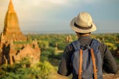 Jonge mens die backpacker met zich op Pagode bevinden en hoed, Aziatische reiziger reizen die Mooie oude tempels, oriëntatiepunt  royalty-vrije stock foto