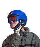Jonge mens die bereid te skien wordt Stock Afbeeldingen