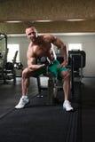 Jonge Mens die Bicepsen uitwerken Royalty-vrije Stock Foto's