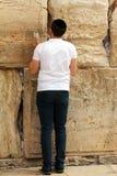 jonge mens die bij de Loeiende muur (Westelijke muur) bidt Stock Foto's