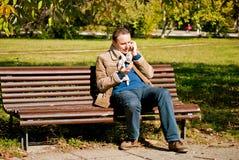 Jonge mens die bij de telefoon spreken Royalty-vrije Stock Afbeeldingen