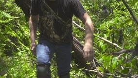 Jonge mens die bij de tropische bos Reizende mens lopen die door dicht regenwoudstruikgewas gaan met nadruk op de Verrekijkers stock video
