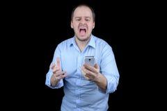Jonge mens die bij mobiele telefoon gillen Royalty-vrije Stock Foto