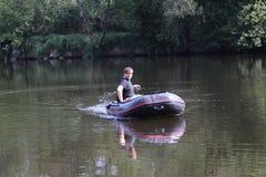 Jonge mens die bij rivier vissen Stock Fotografie