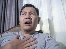 Jonge mens die borstpijn hebben stock foto