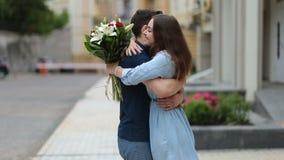 Jonge mens die bos van bloemen geven aan meisje op datum stock video