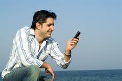 Jonge mens die cellulair gebruikt royalty-vrije stock foto