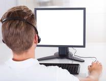 Jonge mens die computer met behulp van Royalty-vrije Stock Afbeeldingen