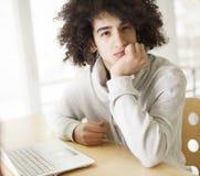 Jonge mens die computer met behulp van Stock Afbeeldingen
