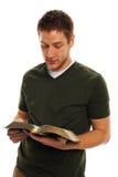 Jonge Mens die de Bijbel leest Royalty-vrije Stock Afbeelding