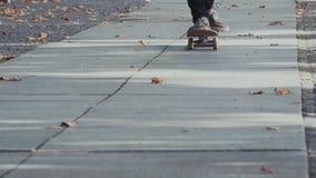 Jonge Mens die in de Herfst schaatsen stock video