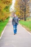 Jonge mens die in de herfstpark lopen Royalty-vrije Stock Afbeelding