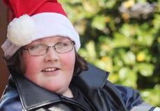 Jonge mens die de hoed van de Kerstman draagt Royalty-vrije Stock Foto's