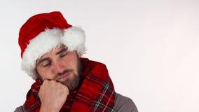 Jonge mens die in de hoed van de Kerstmiskerstman verstoord kijken stock video