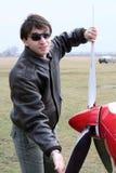 Jonge mens die de propeller van het vliegtuig spint Stock Foto