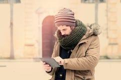 Jonge mens die in de stad in instagramtonen werken Stock Foto's