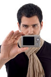 Jonge mens die digitale camera houdt royalty-vrije stock afbeelding