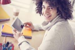 Jonge Mens die Digitale Tablet gebruiken Royalty-vrije Stock Afbeeldingen