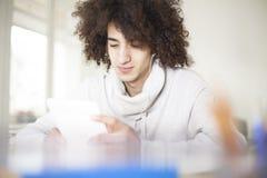 Jonge Mens die Digitale Tablet gebruiken Stock Afbeelding