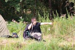 Jonge mens die door de rivier vissen Royalty-vrije Stock Foto
