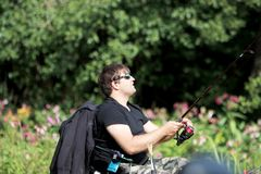 Jonge mens die door de rivier vissen Stock Foto's
