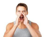 Jonge mens die door handen schreeuwen royalty-vrije stock fotografie