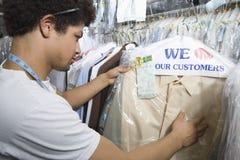 Jonge Mens die in Droge Reinigingsmachines werken Stock Foto