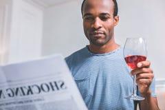 Jonge mens die een artikel aandachtig lezen royalty-vrije stock foto