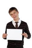 Jonge mens die een blad van document houdt Stock Afbeeldingen