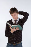 Jonge mens die een boek leest Stock Afbeelding