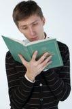Jonge mens die een boek leest Royalty-vrije Stock Afbeelding
