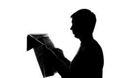 Jonge mens die een boek lezen - silhouet Stock Foto's