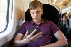 Jonge Mens die een Boek op Treinreis lezen royalty-vrije stock fotografie