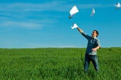 Jonge mens die een document werpt Royalty-vrije Stock Afbeelding