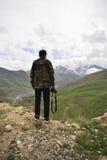 Jonge mens die een foto op de bovenkant van bergen nemen Royalty-vrije Stock Foto's